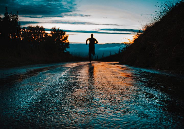 Frühsport und Morgenlauf - der beste Start in den Tag. Photo by lucas Favre on Unsplash