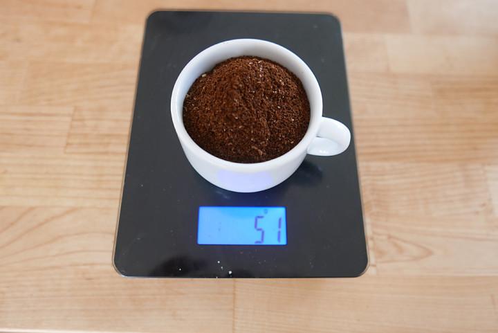 Cold Brew Coffee braucht eine relativ hohe Menge grob gemahlenen Kaffeepulvers.