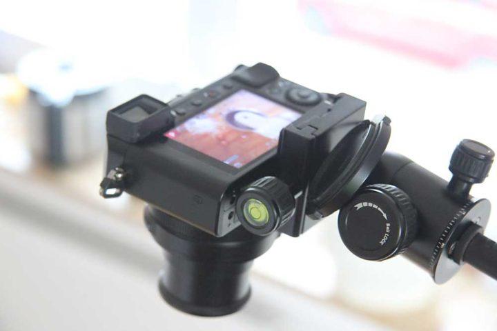 Für eine scherere Kompaktkamera ist ein stabiler Mini-Kugelkopf nötig.
