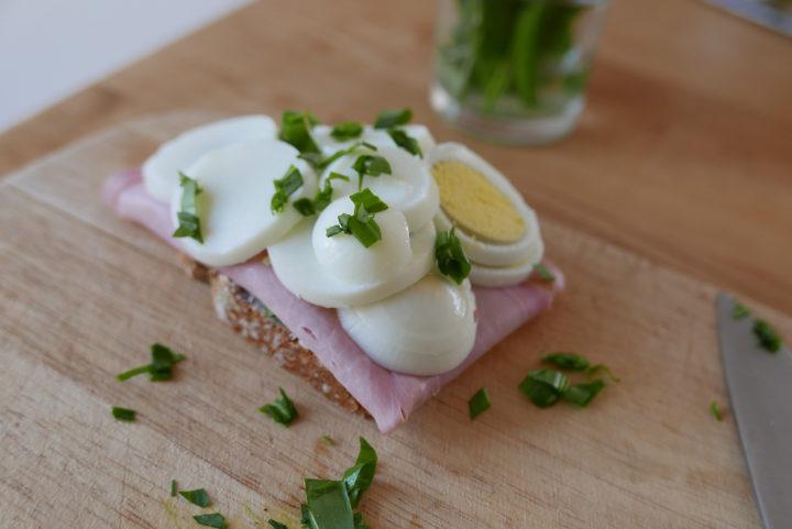 Sandwiches sind eine gute Möglichkeit, die hart gekochten Eier aufzubrauchen.