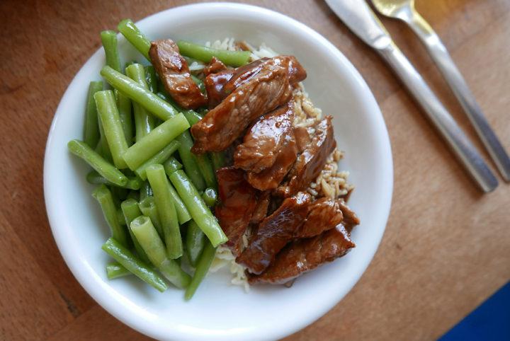 Rindfleisch asiatisch mit Reis und Gemüse.