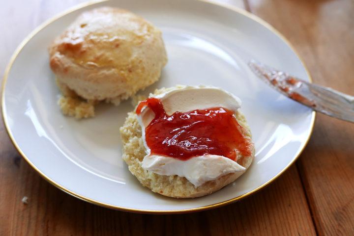 Scones mit Clotted Cream (oder einem Ersatz) und Erdbeer-Marmelade: ein Sommer-Hit.