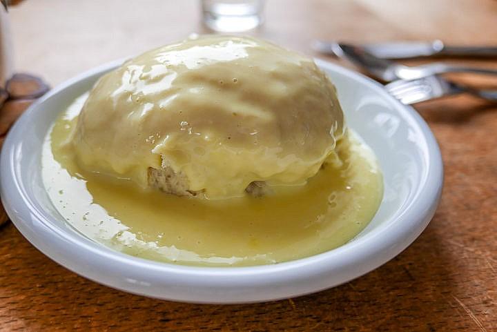 Dampfnudeln mit Vanillesauce: Eine einfache und leckere Süßspeise, die auch als Hauptgericht taugt.