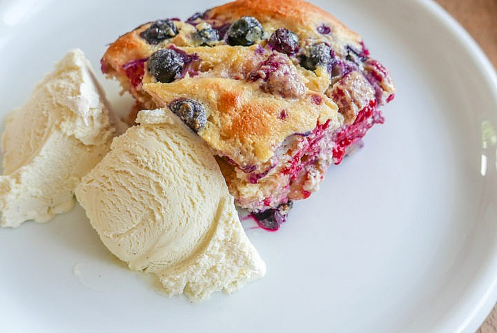 Beeren French Toast mit Briocheteig, noch warm, mit Vanille-Eis