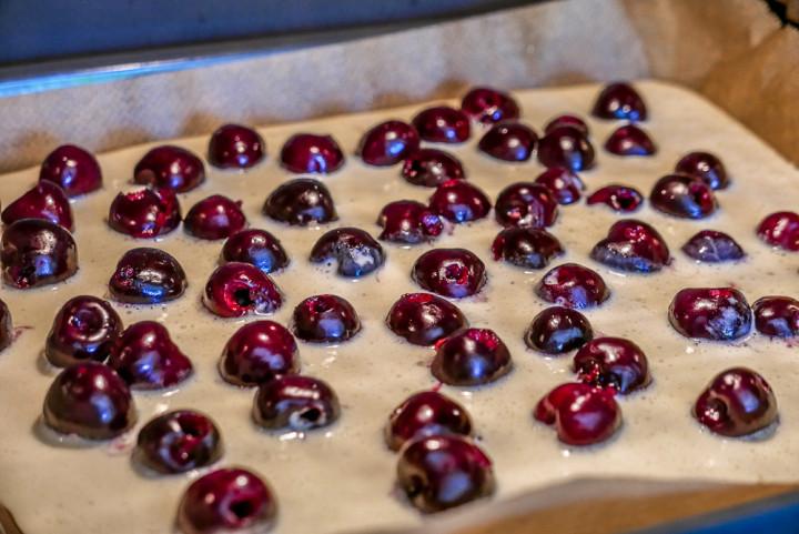 Wieviele Kirschen man auf dem Blech verteilt ist Geschmackssache.