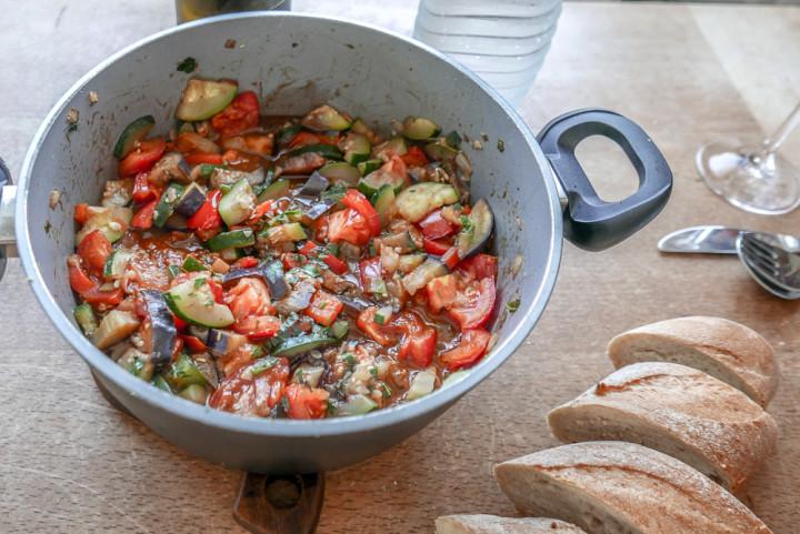 Geschnippeltes Gemüse wie das Ratatouille gewinnt vielleicht keinen Fotopreis, ist aber unheimlich lecker - warm und kalt.