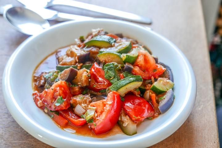 Ratatouille braucht wenig, macht geschmacklich viel her und hat wenig Kalorien.