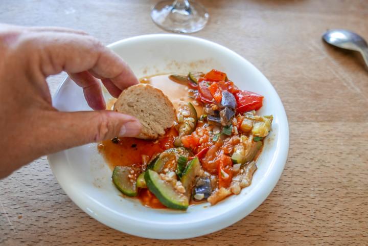 Im Ratatouille stecken so viele Aromen, dass schon die geringe Menge Sauce was hermacht.