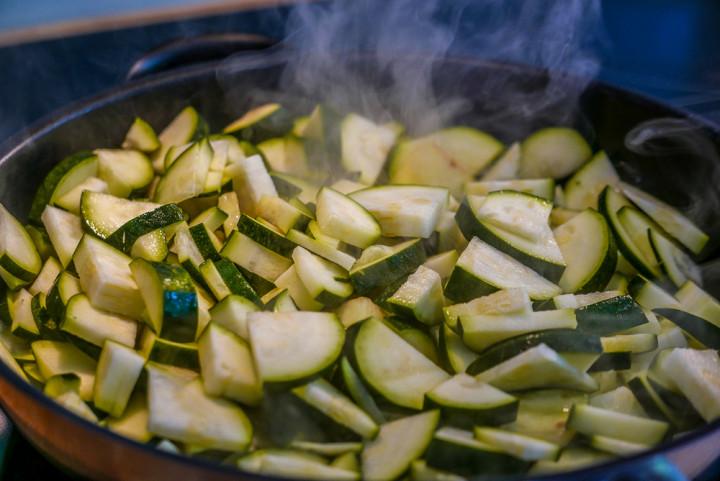 Zucchini entweder mit allem kurz anbraten oder erst mal alleine kräftig bräunen.