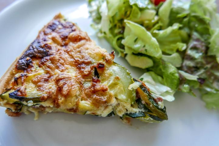 Zucchinikuchen wird am besten noch warm serviert, mit grünem Salat.