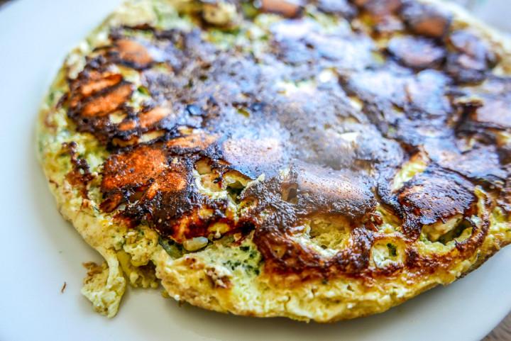 Sieht mächtig aus, ist aber fluffig und leicht: Zucchini-Feta-Frittata.