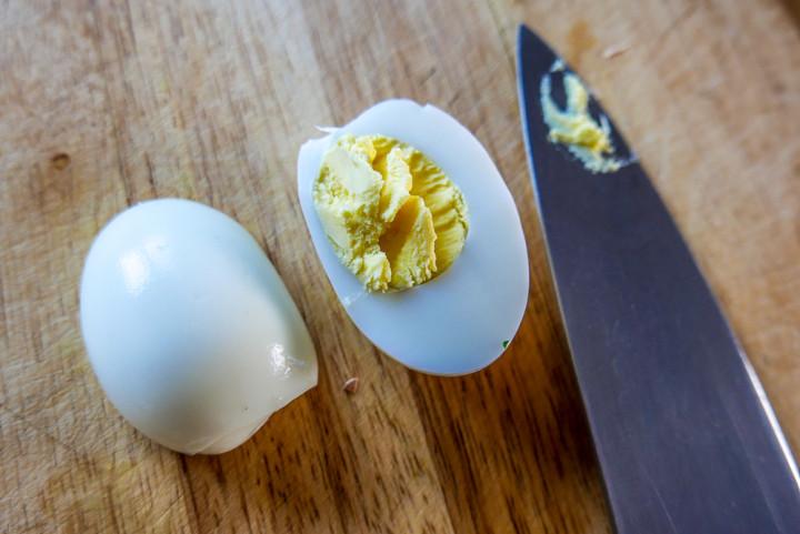 Ein Eier-Gurken-Sandwich mit wenigen Arbeitsschritten.