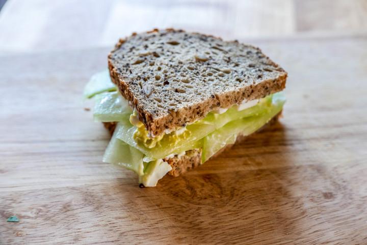Gurken-Sandwich: Mal nicht blass und schmal sondern dunkel und kräftig.