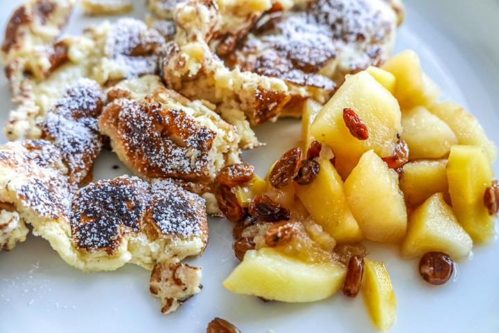 Zum Kaiserschmarrn aus frischem Obst ein schnelles Kompott machen. Es muss nicht die in vielen Restaurants gereichte Preiselbeeren sein.