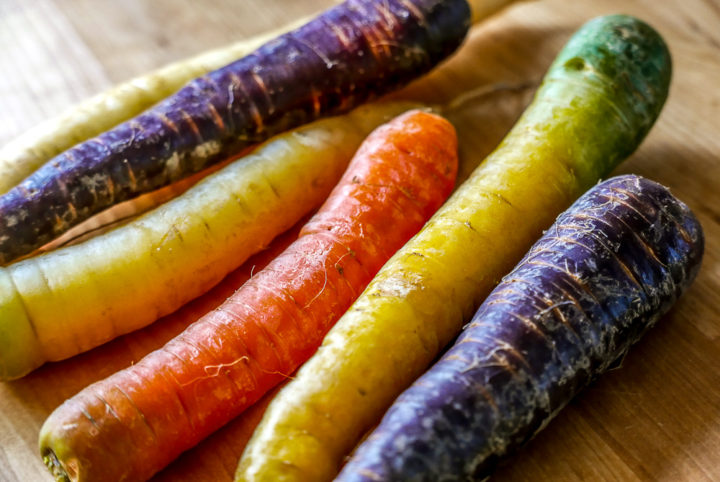 Bunte Möhren machen den Salat mit gekochtem Gemüse auch optisch lebhaft.