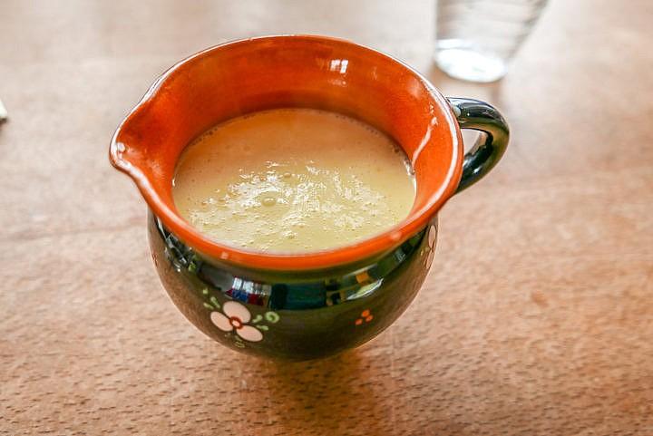 Heiße Vanillesauce - mehr braucht es zu den frischen Dampfnudeln nicht.