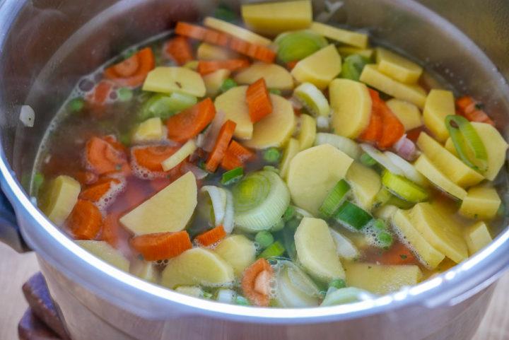 Im Schnellkochtopf geht dieses Rezept für einen Kochtopf noch einfacher und schneller.