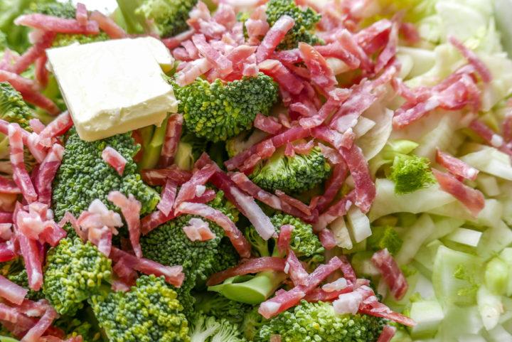 Nur das bißchen Speck macht es nicht-vegetarisch. Kann man auch weglassen.