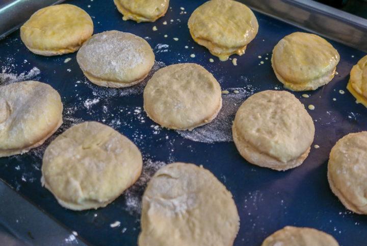 Fixe Teigbereitung: Nach wenigen Minuten können die Scones-Rohlinge in den Ofen - für gerade mal 15 Minuten.
