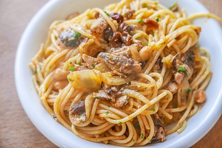 Spaghetti mit Sardinen: Wenige einfache Zutaten, tolles Geschmackserlebnis.