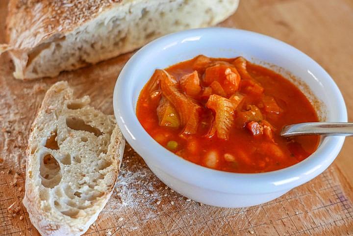 Minestrone: die italienische Gemüsesuppe kennt viele Variationen.