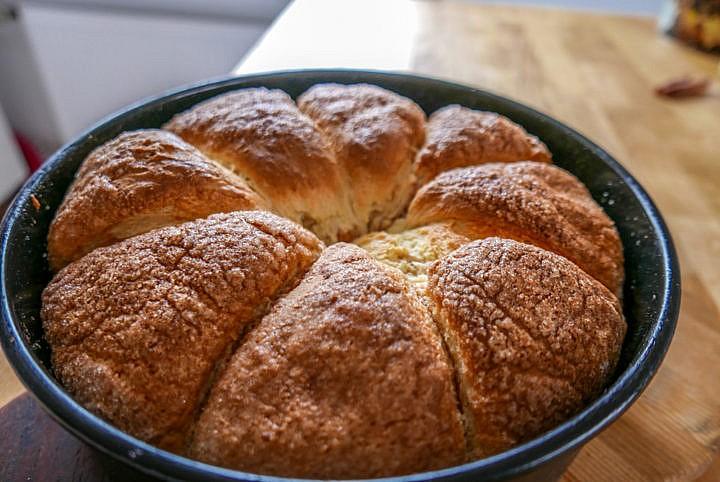 Rohrnudeln können quadratisch, länglich oder spitzwinklig wie Kuchenstücke sein - je nachdem wie man sie in welche Form setzt.