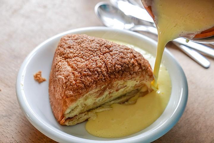 Rohrnudeln mit Marmelade-Füllung und Zucker-Zimt-Kruste. Dazu Vanillesauce.