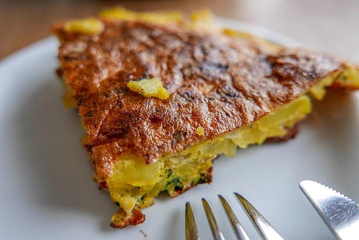 Zu dünn ist wenig reizvoll, dicker ist schwieriger: Die Kartoffel-Ei-Masse muss auf den Punkt garen.
