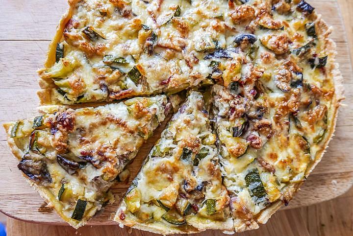 Zucchinikuchen: Nach dem gleichen Prinzip lassen sich Lauch, Auberginen, Tomaten etc. und Fisch- oder Fleisch-Zugaben verarbeiten.