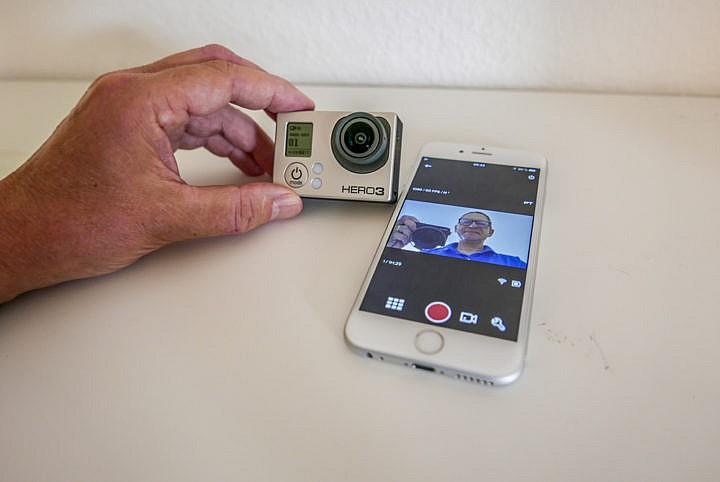 Die Fernsteuerung ist fast noch praktikabler als ein ausklappbarer Monitor.
