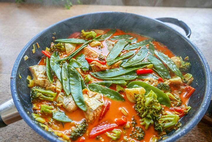 Fisch-Curry ist ein leckeres und schnelles Essen mit verschiedenen Fischsorten.