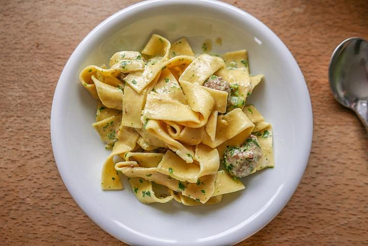 Fleischbällchen geben das Aroma, das beim Anbraten entsteht, an Nudeln und Sauce ab.
