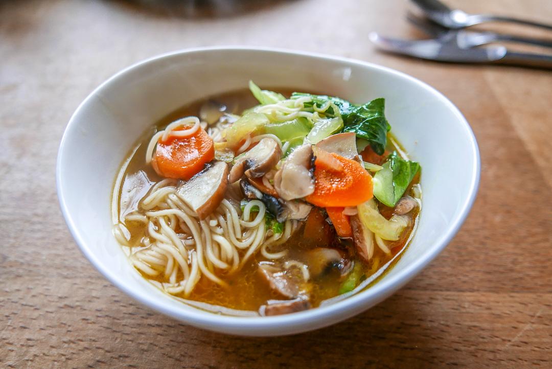Ramensuppe aufgepeppt: eigentlich eine Gemüsesuppe mit Nudeln, die den Asia-Touch durch das kleine Gewürztütchen bekommt.
