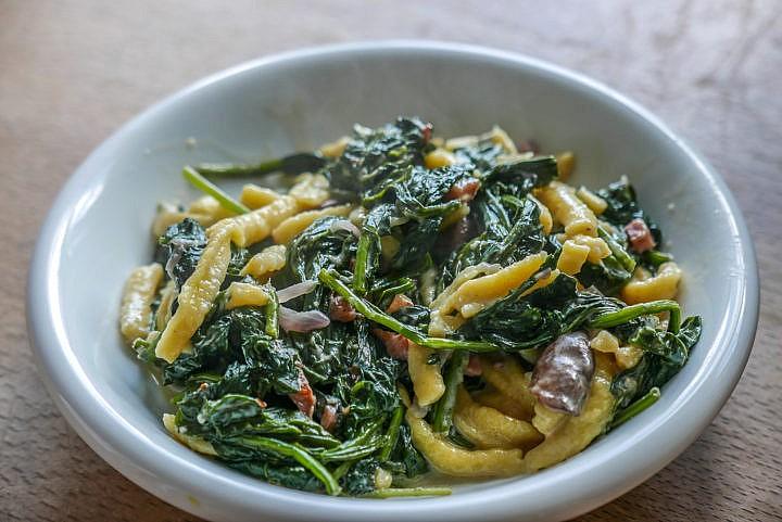 Spätzle und Spinat mit Champignons