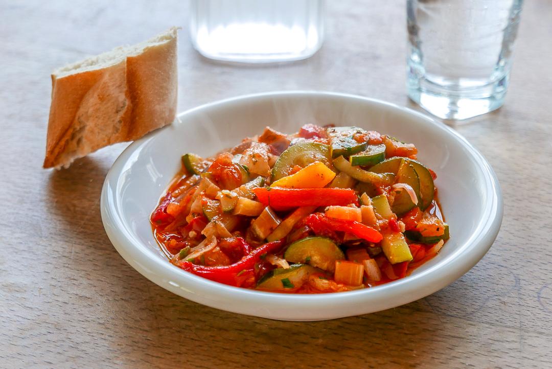 Ratatouille: der französische Gemüse-Klassiker bringt die Farben und Aromen des Sommers auf den Teller.