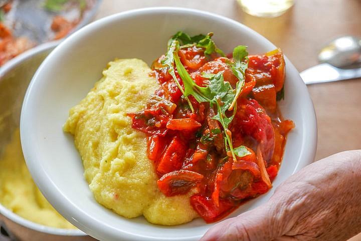 Peperonata und Polenta, ein Sommergericht mit frischen Paprika, Peperoni und Tomaten.
