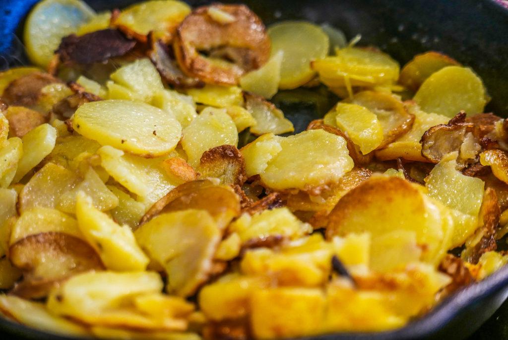 Bratkartoffeln in der Gusseisenpfanne: mein Favorit.