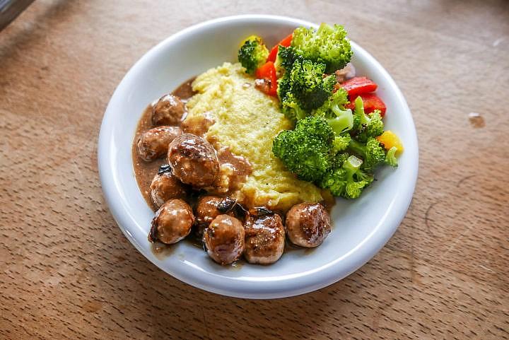 Cremige Polenta mit Gemüse und Salsiccia