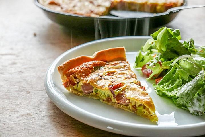 Quiche Lorraine: Der lothringische Speckkuchen ist ein französischer Klassiker, den man leicht zuhause zubereiten kann.