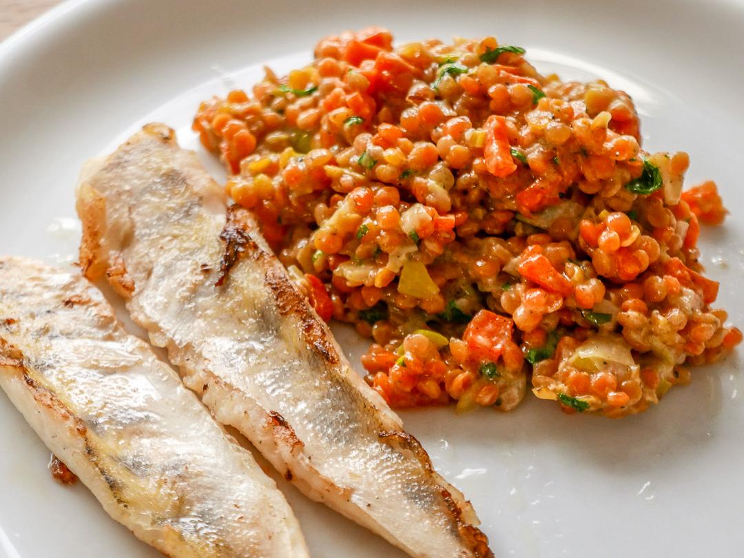 Linsen-Senf-Gemüse mit gebratenem Zanderfilet. Je nach dem Geschmack von Fisch oder Fleisch zu den Senflinsen kann man die Schärfe durch den Senf justieren.