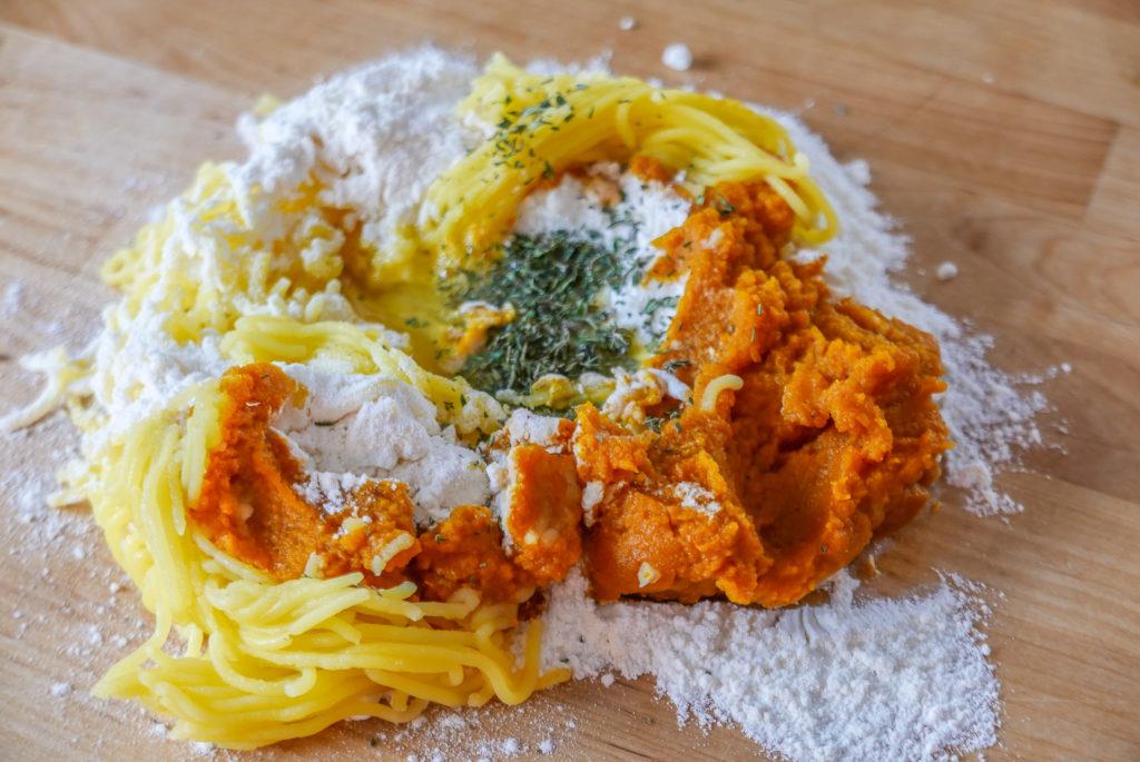 Kürbis, Kartoffeln und Mehl sind die Hauptbestandteile des Gnocchi-Teigs.