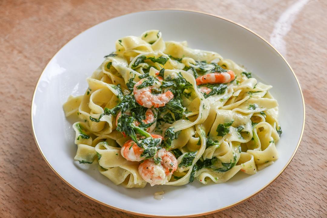 Nudeln mit Spinat und Garnelen: Schnelle Küche mit viel Geschmack.