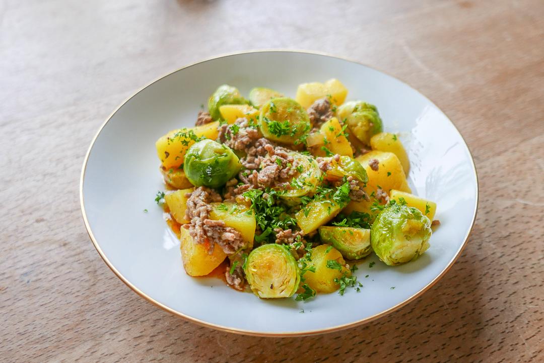Rosenkohlpfanne mit Hackfleisch und Kartoffeln: ein schnelles und herzhaftes Gemüse-Gericht.