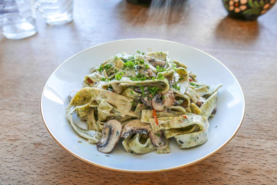 Die Thymian-Zitronensauce mit Kapern und Pilzen macht diese Pasta so besonders.