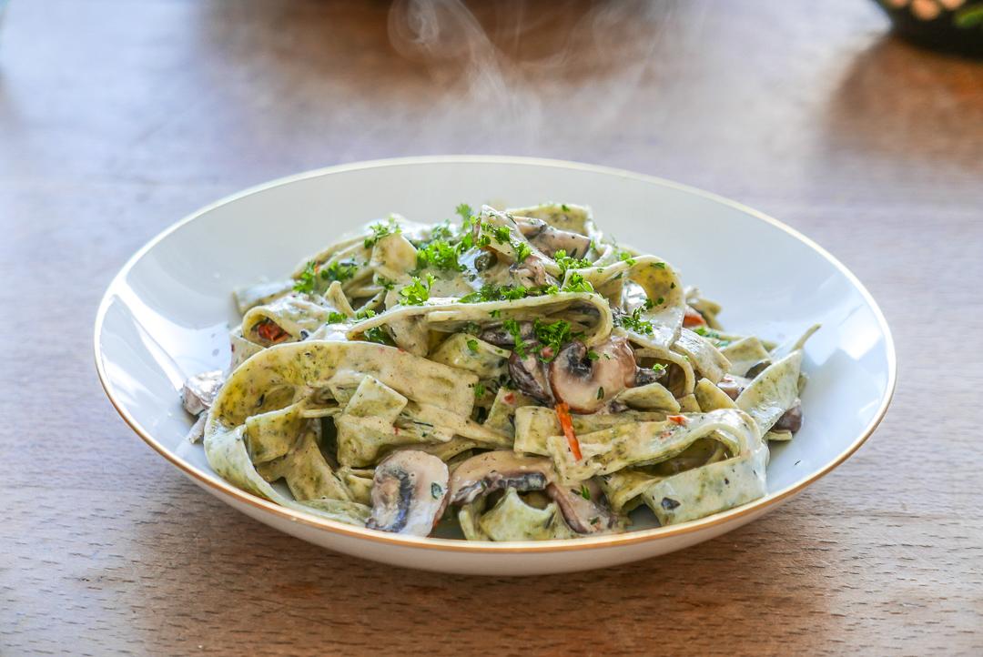 Wenig Zutaten, viel Geschmack: Zitronensaft, Thymian und Kapern sind eine kräftig-aromatische Kombination für herzhafte Pasta.