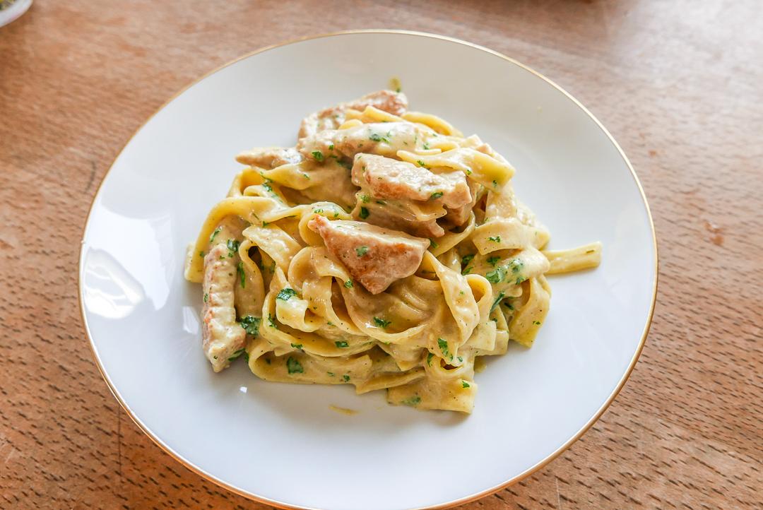 Chicken Alfredo ist cremig und aromatisch - und als One Pot Pasta schnell auf dem Tisch.