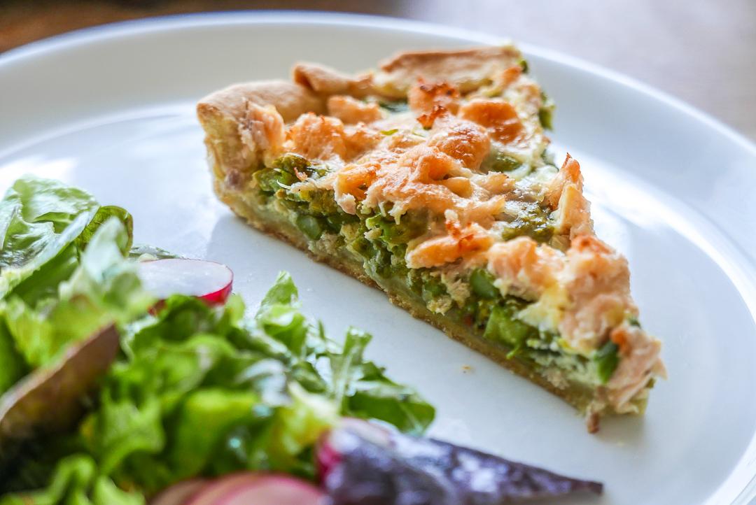 Spargel-Quiche mit Lachs und Salat