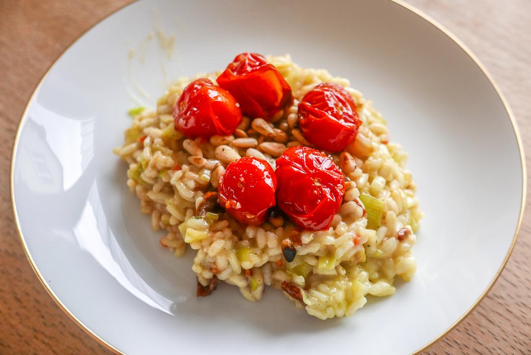 Risotto mit Tomaten - mit Cocktailtomaten und gerösteten Pinienkernen.
