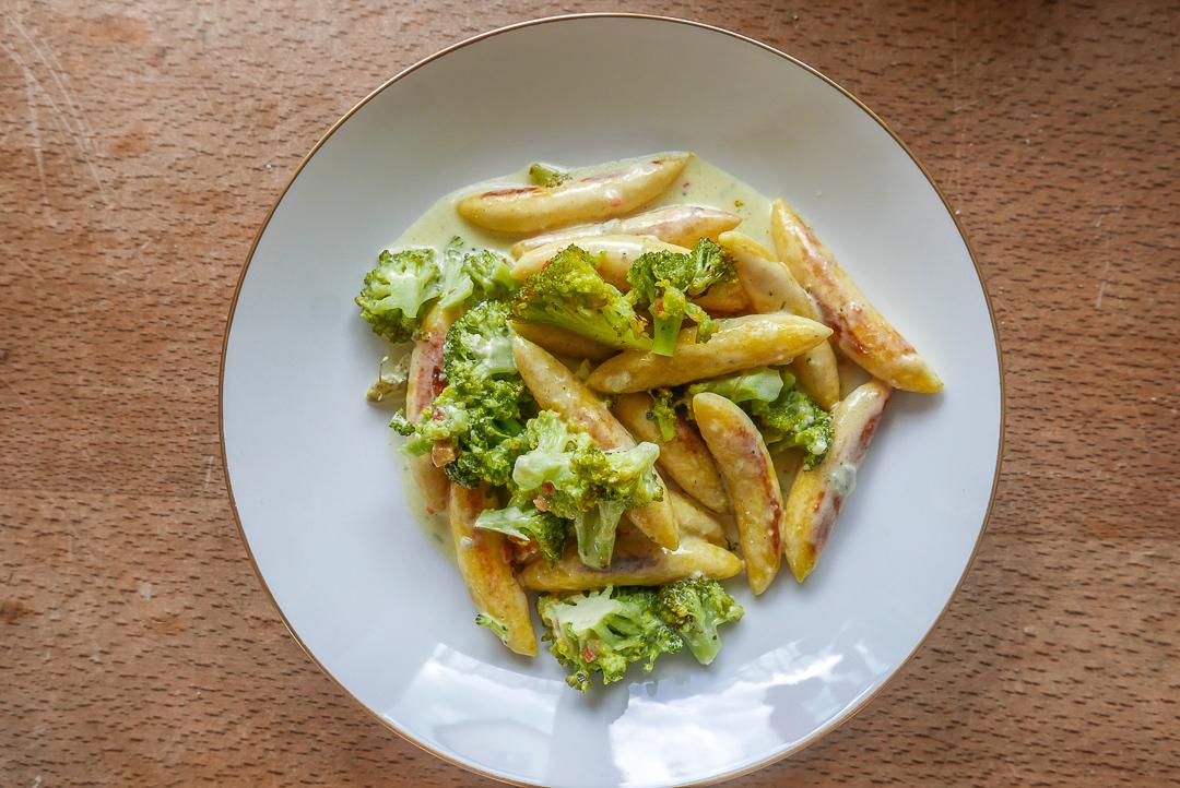 Brokkoli-Schupfnudeln mit Käse: herzhaft im Geschmack und schnell zubereitet.