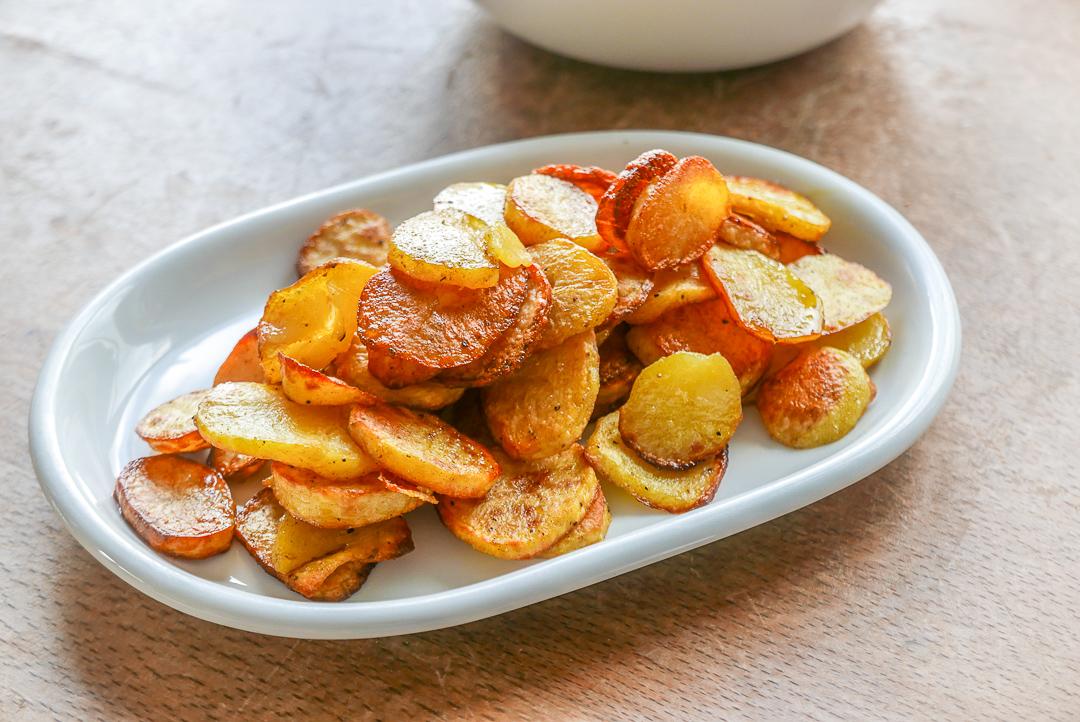 Knusprige Ofenkartoffeln passen gut zum zarten Spargel (auch zum grünen).